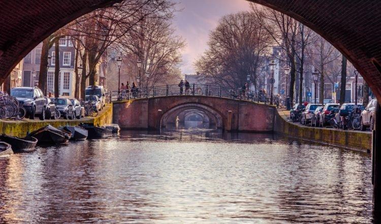 Vaar langs de 5 mooiste bruggen van Amsterdam