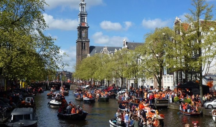 Amsterdam Koningsdag 2021: Mag je varen in Amsterdam?