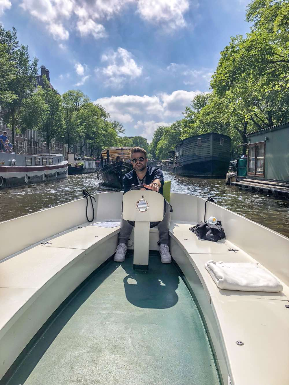 grachten varen in Amsterdam