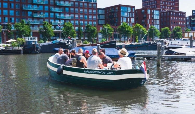 Boot uitje Amsterdam: grachten varen in een Eco Boat